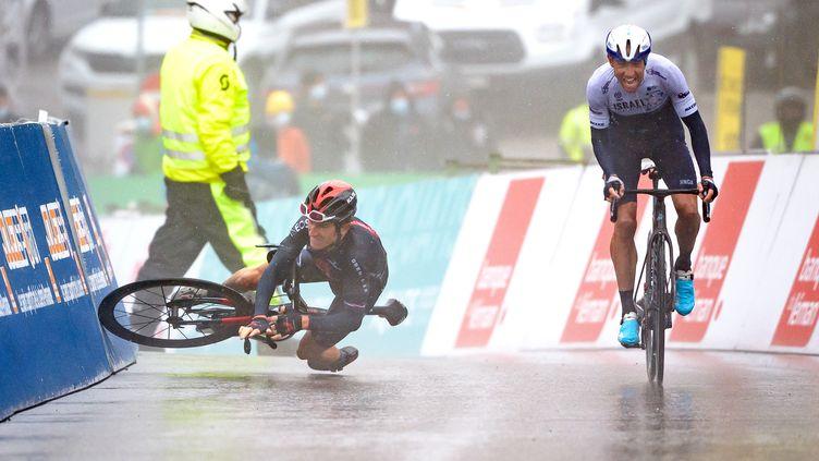 Michael Woods a profité de la chute deGeraint Thomasdans la dernière ligne droite pour s'imposer sur la quatrième étape du tour de Romandie. (FABRICE COFFRINI / AFP)