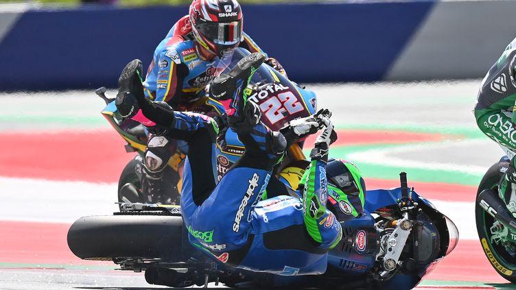 Le crash spectaculaire d'Enea Bastianini durant le Grand Prix de Moto2 d'Autriche sur le Red Bull Ring (JOE KLAMAR / AFP)