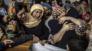 Des proches pleurent la mort d'un élève de 15 anstué dans l'attaque de l'école de Peshawar (Pakistan), le 16 décembre 2014. (ZOHRA BENSEMRA / REUTERS)