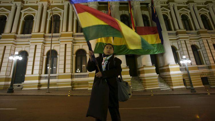 Le 6 mai 2015 devant le Congrès à La Paz, un homme agite un drapeau pour soutenir la revendication bolivienne d'un accès à l'océan Pacifique. (REUTERS/David Mercado)