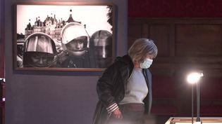 """Une visiteuse de l'exposition """"Robert Doisneau - La Loire"""" au château de Sully. (France 3 Centre-Val de Loire)"""