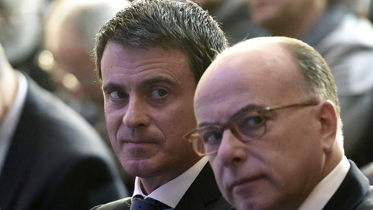 Le Premier ministre, Manuel Valls, et le ministre de l'Intérieur, Bernard Cazeneuve, le 21 mars 2016 à Paris. (MIGUEL MEDINA / AFP)