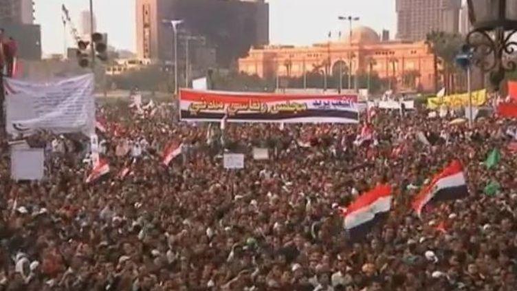 Des milliers de manifestants place Tahrir au Caire (Egypte), vendredi 18 novembre 2011. (REUTERS)