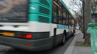Un bus de la RATP arrive à un arrêt à Paris, le 29 janvier 2009. (GILLES HALAIS / FRANCEINFO)