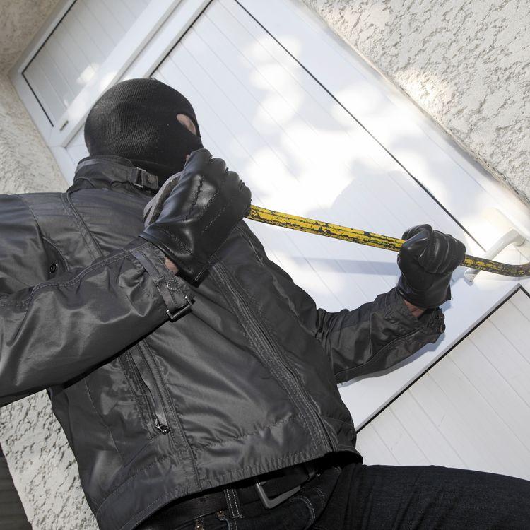 La porte forcée est le mode opératoire le plus utilisé par les cambrioleurs en France, selon une enquête de l'Observatoire national de la délinquance et de l'Insee publiée le 19 décembre 2013. (PHILIPPE TURPIN / PHOTONONSTOP / AFP)