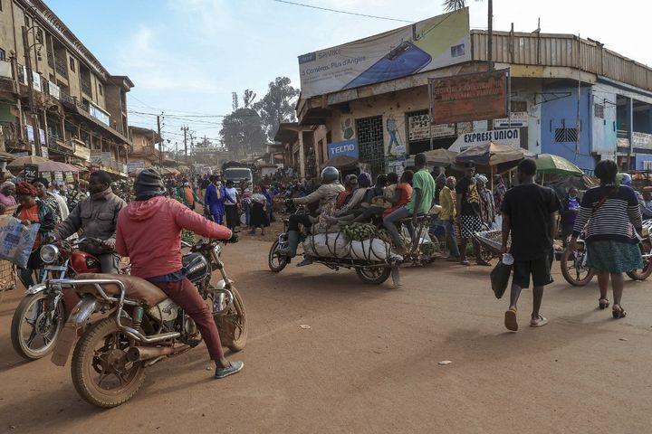 La moto-taxi est reine des rues au Cameroun comme dans de nombreux pays d'Afrique. Face au chômage récurrent, c'est un moyen de gagner sa vie pour de nombreux jeunes. (DANIEL BELOUMOU OLOMO / AFP)