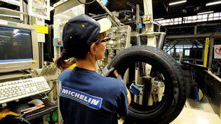 Dans l'usine Michelin de Cholet (Maine-et-Loire), en 2015. (FRÈDÈRIC GIROU / MAXPPP)