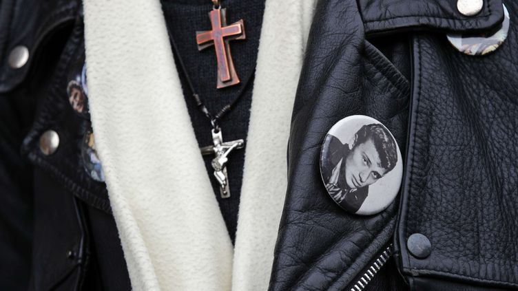 Un fan de Johnny Hallyday, le 7 décembre 2017 à Marnes-la-Coquette (Hauts-de-Seine). (CHRISTOPHE ENA / AP / SIPA)