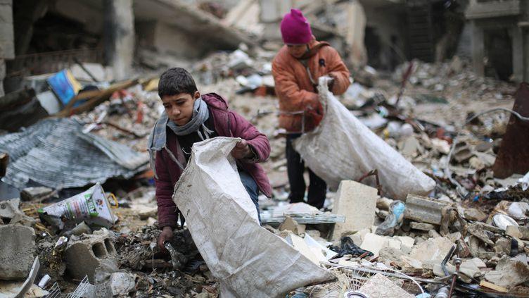 Des enfants syriens dans la ville en ruines de Damas en Syrie, le 27 décembre 2016. (AMER ALMOHIBANY / AFP)
