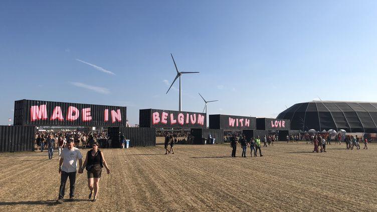 Le festival de Dour a changé de site l'année dernière, s'installant sur un nouveau champ d'éoliennes. (Radio France / Yann Bertrand)