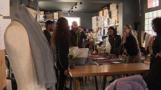 Une femme a eu l'idée d'ouvrir une école de mode gratuite en Seine-Saint-Denis, c'est une réussite. (FRANCE 2)