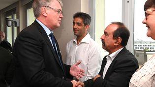 Le haut-commissaire Jean-Paul Delevoye salue le secrétaire général de la CGT, Philippe Martinez, avant la présentation de ses propositions de réforme des retraites, le 18 juillet à Paris. (DOMINIQUE FAGET / AFP)