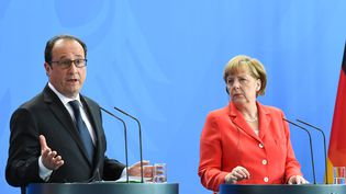 Le président français, François Hollande, et la chancelière allemande, Angela Merkel, lors d'une conférence de presse à Berlin (Allemagne), le 19 mai 2015. (TOBIAS SCHWARZ / AFP)