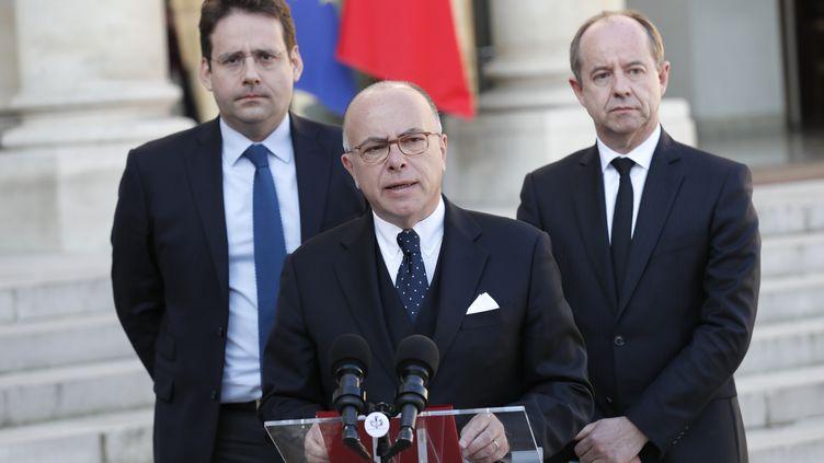 Bernard Cazeneuve entouré du ministre de l'IntérieurMatthias Fekl (à gauche) et du garde des Sceaux Jean-Jacques Urvoas. (THOMAS SAMSON / AFP)