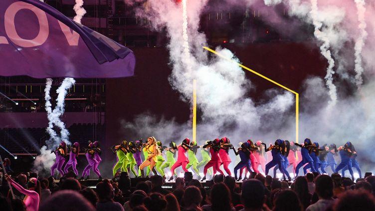"""Jennifer Lopez sur la scène de """"Vax Live"""" en Californie. (VALERIE MACON / AFP)"""