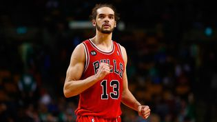Joakim Noah dispute un match à Boston (Etats-Unis), le 30 mars 2014. (JARED WICKERHAM / GETTY IMAGES NORTH AMERICA / AFP)