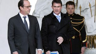 François Hollande et Manuel Valls sur le perron du palais de l'Elysée, à Paris, le 26 novembre 2014. (ALAIN JOCARD / AFP)