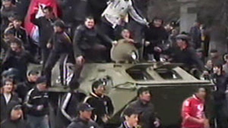 Les manifestants de l'opposition kirghize ont fait battre en retraite la police à Bichkek (7 avril 2010) (F3)