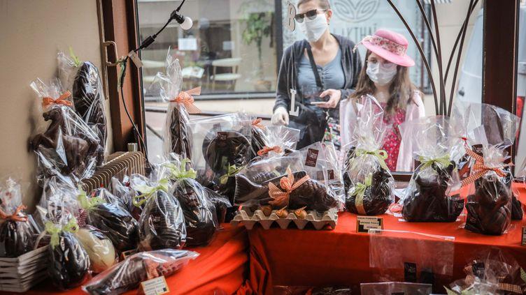 Un chocolatier organise les commandes de ses chocolats de PâquesàSaint-Cloud, près de Paris, le 9 avril 2020. (LUC NOBOUT / MAXPPP)