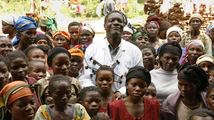 Au centre de la photo, le docteur Denis Mukwege (Photo du film «L'Homme qui répare les femmes - la colère d'Hippocrate»)