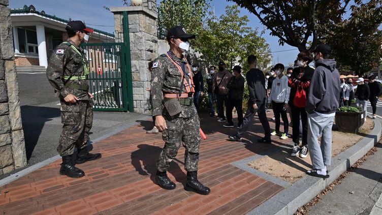 Des conscrits se présentent à la casernede Nonsan, en Corée du Sud, le 19 octobre 2020. (JUNG YEON-JE / AFP)