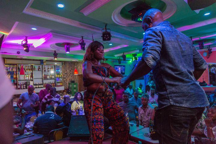 """Olivia Beyene interprète un morceau de bikutsi et danse sur la scène du cabaret """"Québec"""" à Yaoundé, auCameroun, le 2 octobre 2019. (STR / AFP)"""