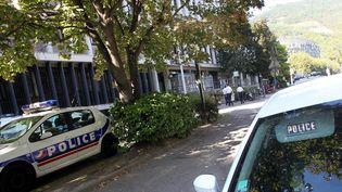 Cinq policiers d'Échirolles, près de Grenoble en Isère, ont été placés en garde à vue samedi 29 octobre, après avoirabattu la veille un forcené de 52 ans qui les aurait menacés avec une machette. (CHRISTOPHE AGOSTINIS / MAXPPP)