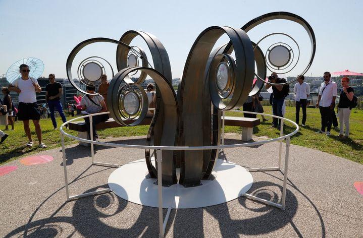 """""""Le jour ou les fleurs ont gele 2020"""" (The Day the Flowers Froze) par l'artiste candienne Julie C Fortier exposé au sein des jardin de la Seine Musicale (Boulogne-Billancourt), dansle cadre de la troisième édition de l'exposition d'art contemporain en plein air """"Les Extatiques"""" en juin 2020. (FRANCOIS GUILLOT / AFP)"""