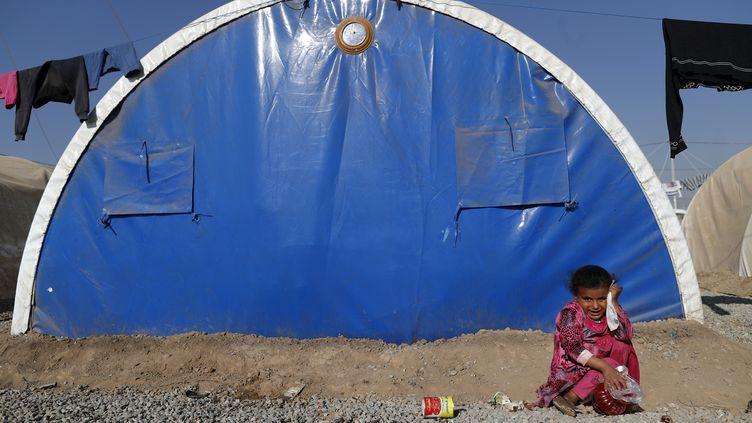 Une enfants irakienne qui a fui les combats dans la région de Mossoul, en Irak, dans un camp de réfugiés, en novembre 2016. (THOMAS COEX / AFP)