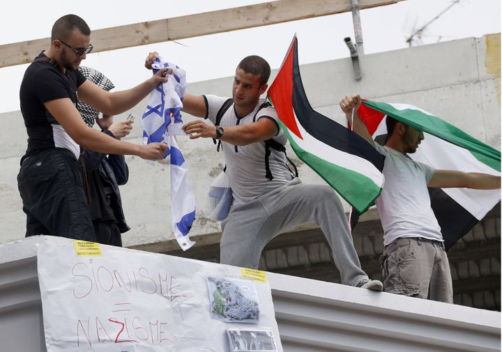 Des manifestants pro-palestiniens brûlent un drapeau israélien lors de la manifestation du 19 juillet 2014, à Barbès, (Paris). (FRANCOIS GUILLOT / AFP)