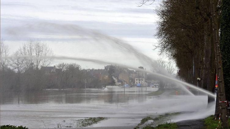 La Vilaine,à Redon. Des pompes sont installées pour évacuer l'eau des parkings. (  MAXPPP)