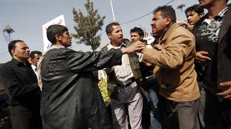 Des étudiants yéménites s'opposent aux supporters du gouvernement lors de manifestations à Sanaa le 12 février (AFP/Mohammad HUWAIS)