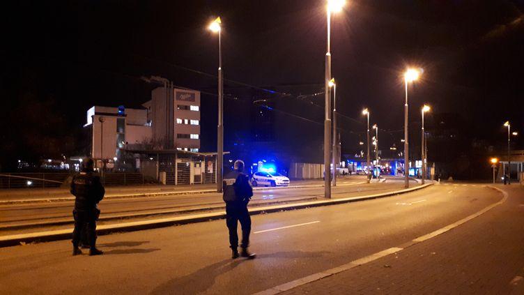 Les forces de l'ordre à l'entrée du quartier du Neudorf après la neutralisation de Cherif Chekatt, le 13 décembre 2018. (BENJAMIN ILLY / FRANCE-INFO)