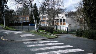 Le collège Pont de Bois de Saint-Chéron (Essonne), à proximité duquel une adolescente a été mortellement poignardée le 22 février 2021. (STEPHANE DE SAKUTIN / AFP)