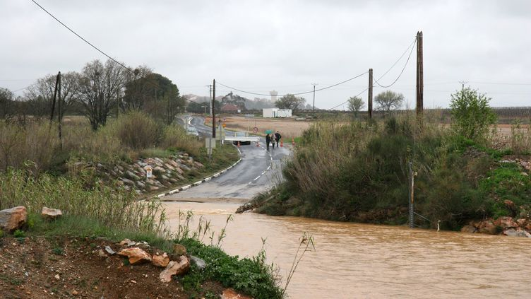 Une rue inondée près de Perpignan (Pyrénées-Orientales), photographiée le 27 octobre 2011. (MAXPPP)