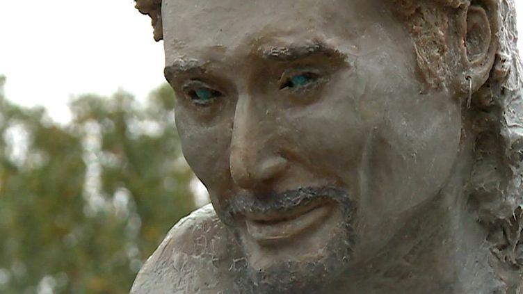 La nouvelle tête de la statue de Johnny à Viviers, en Ardèche  (France 3 Culturebox Capture d'écran)