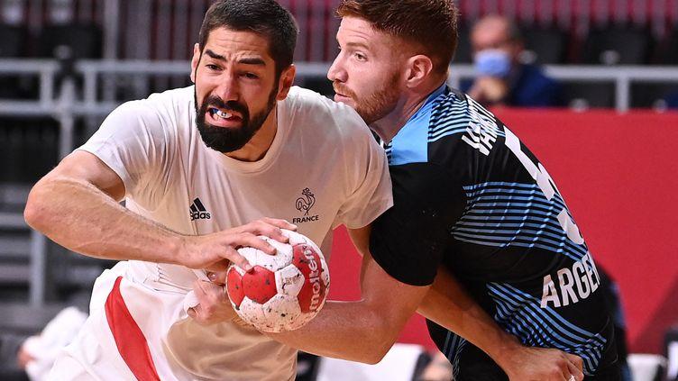 Nikola Karabatic tente de s'extirper de la défense argentine lors du premier match des Bleus, le 24 juillet. (MARTIN BERNETTI / AFP)
