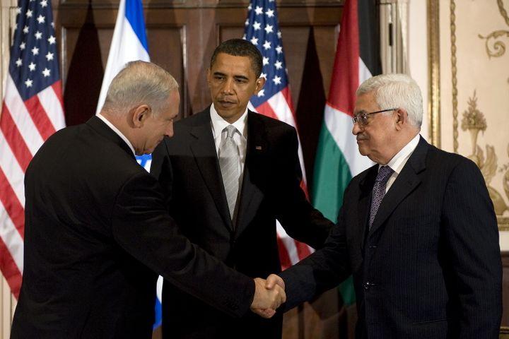 De gauche à droite, Benyamin Netanyahu, le Premier ministre israélien, Barack Obama, le président américain, et Mahmoud Abbas, le chef de l'Autorité palestinienne. Une poignée de main survenue le 22 septembre 2009 à New York (Etats-Unis). (JIM WATSON / AFP)