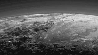 """Sur cette photo prise le même jour, on voit aussi les montagnes de glace """"assez hautes, d'environ 3 500m d'altitude. Cela nous montre que la croûte glacée de Pluton est assez solide pour soutenir de hautes montagnes comme celles-ci"""", a estiméJohn Spencer, l'un des chercheurs de la mission. ( NASA)"""