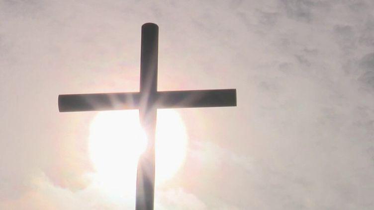 Ils avaient tous participé à un rassemblement évangélique à Mulhouse (Haut-Rhin). Dix personnes ont été testées positives au Covid-19. La traque des autres participants s'annonce compliquée. (France 2)