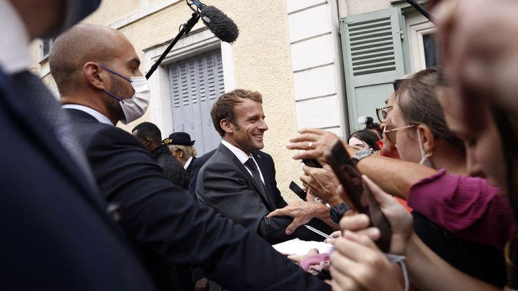 Emmanuel Macron est accueilli par des personnes en déplacement à Illiers-Combray(Eure-et-Loir), le 15 septembre 2021. (YOAN VALAT / AFP)