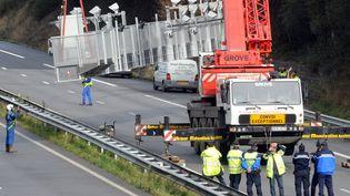 Le portique écotaxe de Pont-de-Buis (Finistère) a été démonté le 31 octobre 2013. (FRED TANNEAU / AFP)