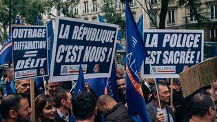 Des policiers manifestent devant le siège de La France insoumise, le 26 septembre 2019 à Paris. (MATHIAS ZWICK / HANS LUCAS / AFP)