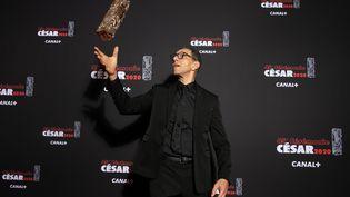 """L'acteur Roschdy Zem pose en s'amusant avec le César du meilleur acteur obtenu avec le film """"Roubaix, une lumière"""" d'Arnaud Desplechin, le 28 février 2020.  (MARC PIASECKI / GETTY IMAGES EUROPE)"""