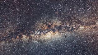 (La Voie lactée est une galaxie spirale peuplée de plus de cent cinquante milliards d'étoiles. © Serge Brunier.)