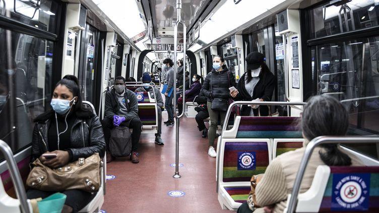 Une rame de métro à Paris, le 11 mai 2020, lors de l'épidémie de Covid-19. (YANN CASTANIER / HANS LUCAS / AFP)