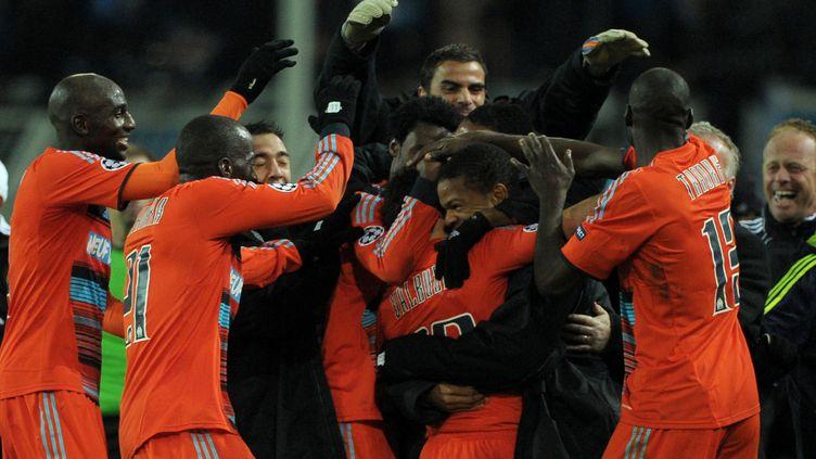 Les joueurs de l'OM célèbrent la qualification en 8e de finale de la Ligue des Champions, au Signal Iduna Park de Dortmund, en Allemagne, le 6 décembre 2011. (JOHANNES EISELE / AFP)