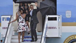 Barack Obama, Michelle Obama et leurs deux filles arrivent à l'aéroport internationalJosé Marti de La Havane, dimanche 20 mars 2016. (YURI CORTEZ / AFP)