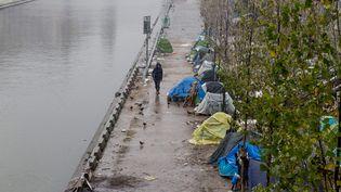 Des migrants afghans à Paris, en février 2018, campent dans des abris de fortune. (MAXPPP)