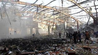 Le site touché par les raids aérien à Sanaa, au Yémen, le 8 octobre 2016. (AFP/ Mohammed Huwais)